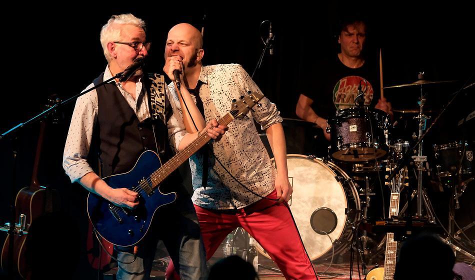 Sänger Pit Hupperten und Gitarrist Jakob Hansonis